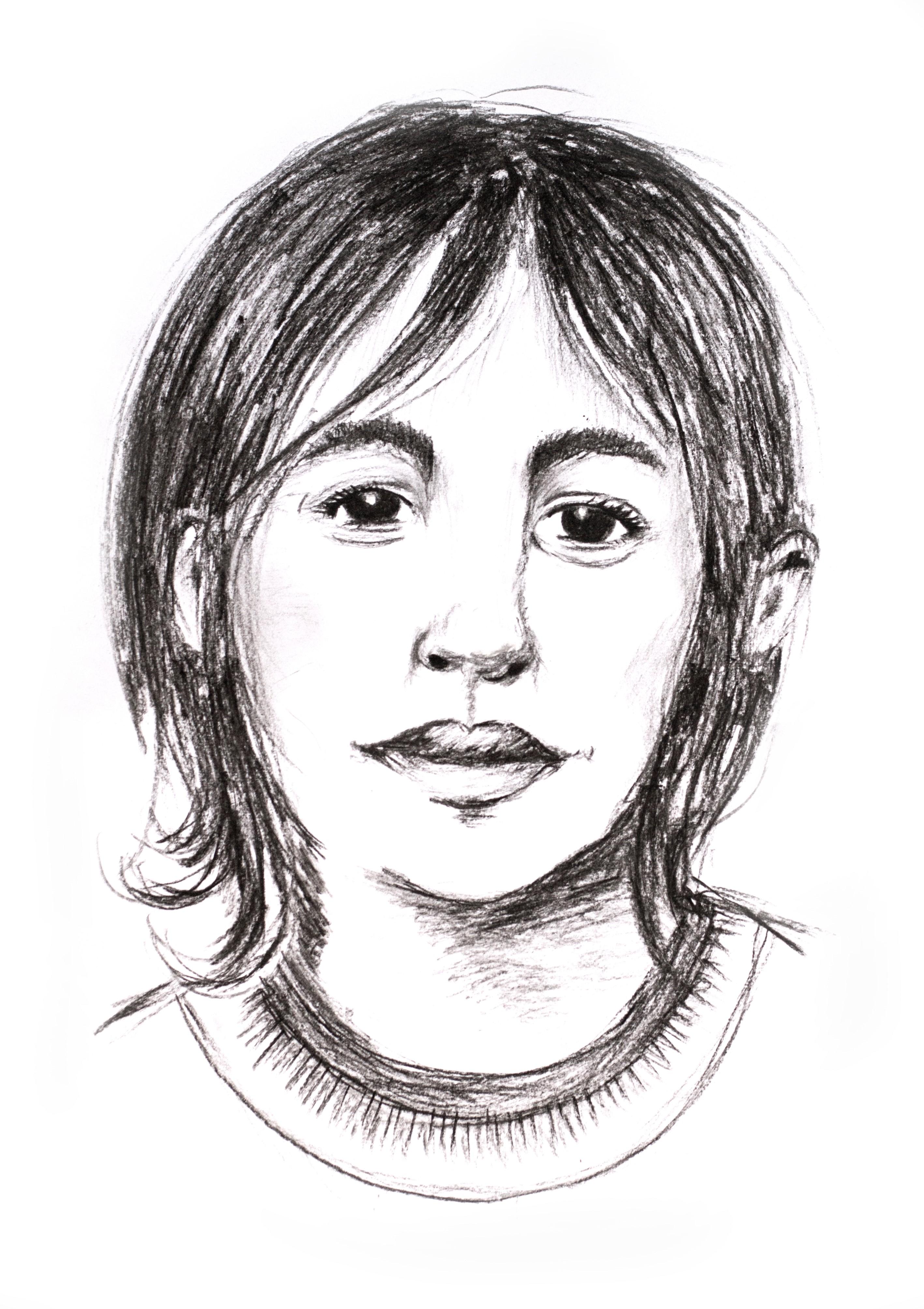Blyertstecknad skiss på ett barn med mörkt hår och mörka ögon. Minen är mest allvarlig men med ett litet leende.